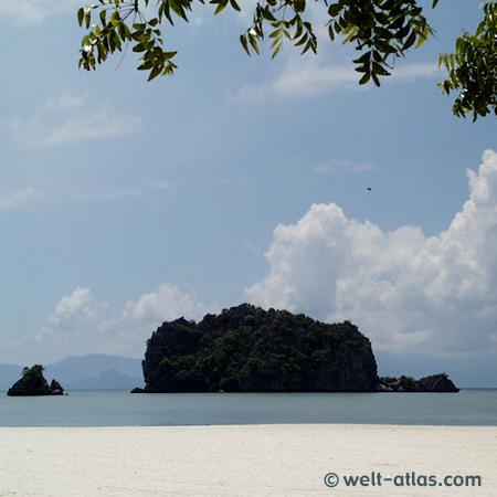 Langkawi, Tanjung Rhu, einer der schönsten Strände mit vorgelagerten Felsen – ein Traumstrand
