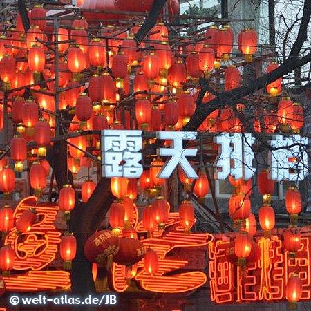 Überall hängen rote Lampions, Glückssymbol, Beijin
