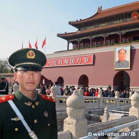 Soldat vor dem Kaiserpalast und Mao Bildnis am Tor des Himmlischen Friedens