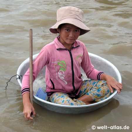 Mädchen, unterwegs auf dem See in einer Waschschüssel