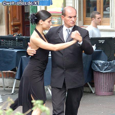 Tangotänzer auf der Straße im Stadtteil La Boca