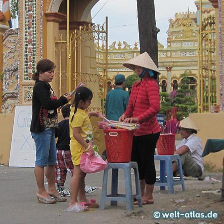Vor dem Eingangstor der Vinh Trang Pagode, der älteste buddhistische Tempel in der Region, fast wie ein Palast mit wunderschöner Gartenanlage
