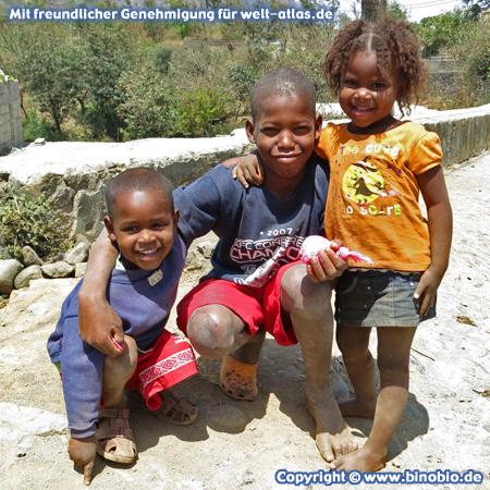 Kinder im Bergdorf Rui Vaz im Inselinneren von Santiago, Kapverden – Fotos: Reisebericht Kapverden, kapverden.binobio.de
