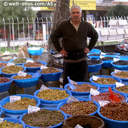 ein Olivenstand auf einem Markt in Üsküdar