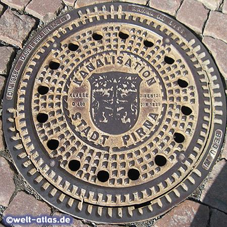 Kanaldeckel mit Wappen in Pirna, Sachsen