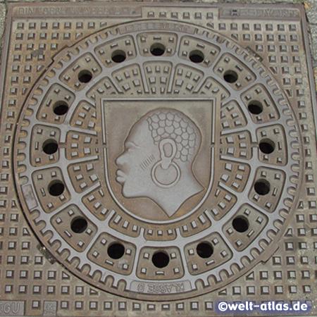 Kanaldeckel mit Coburger Mohr, der heilige Mauritius im Wappen der Stadt Coburg in Oberfranken