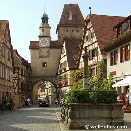 Rothenburg o. d.Tauber, Röderbrunnen, fountain and town gate