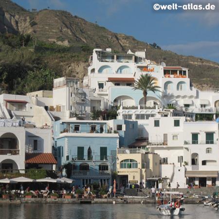 Blick vom Felsen La Roia auf den kleinen, malerischen Ort Sant'Angelo, Ischia