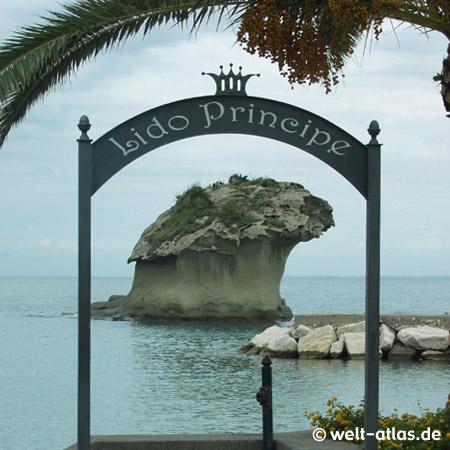 Der Felsen Il Fungo in Lacco Ameno am Strand Lido Principe