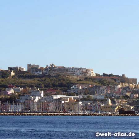 Hafen und Terra Murata (Oberstadt) der Insel Procida