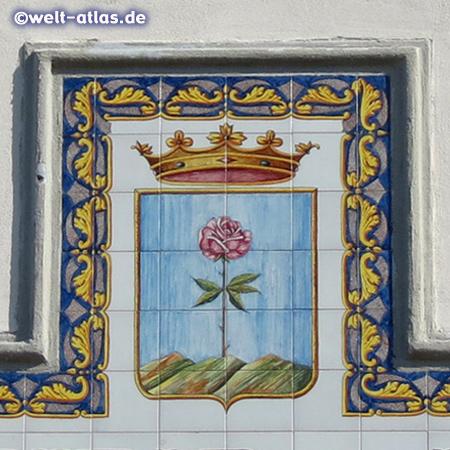 Schönes Wappen mit Rose und Krone am Rathaus von Forio auf Ischia