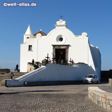 Die Seefahrerkirche Santa Maria del Soccorso steht auf einem kleinen Kap in Forio und ist ein Wahrzeichen