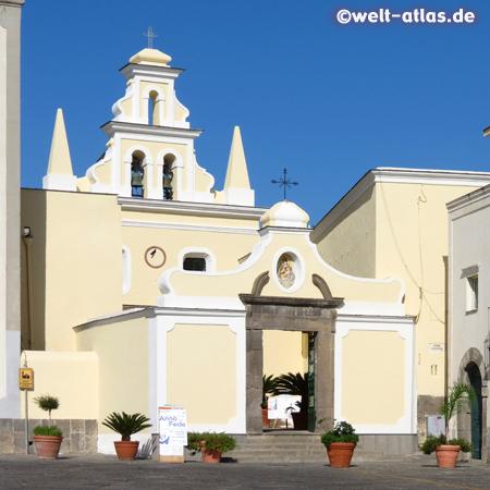 Kirche Santa Maria di Visitapoveri neben dem Rathaus in Forio