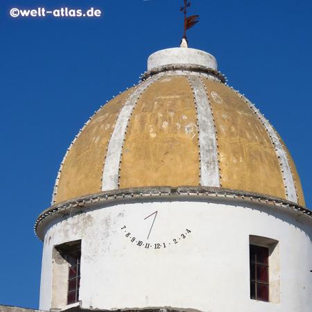 Sonnenuhr am Turm der Kirche San Gaetano in Forio, Ischia