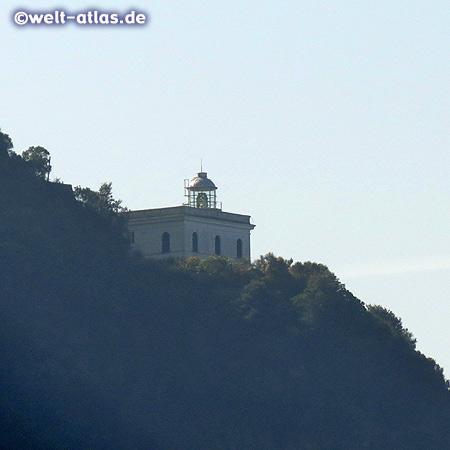 Blick von der Citara-Bucht zum Leuchtturm Punta Imperatore