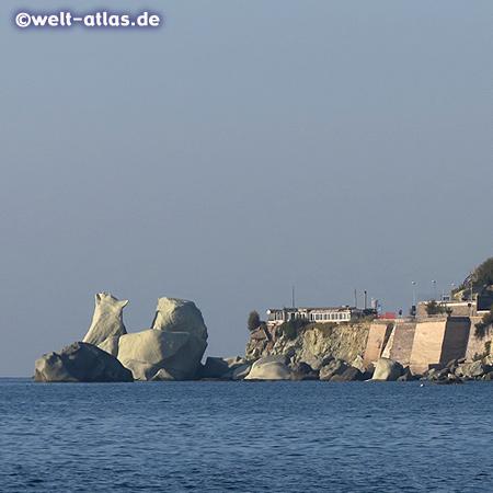 Felsen an der Küste bei Forio