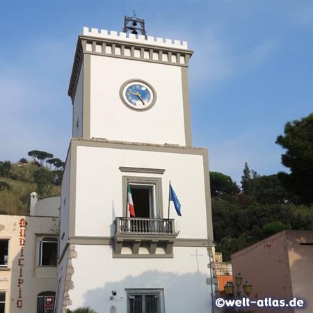 Turm des Rathauses in Lacco Ameno auf Ischia