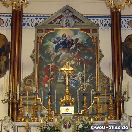 Altar in der Kirche Santa Restituta in Lacco Ameno, unter der Kirche befinden sich archäologische Ausgrabungen