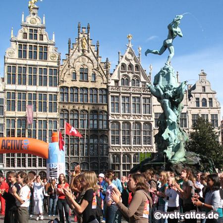 Giebelhäuser und Brunnen am Grote Markt in Antwerpen