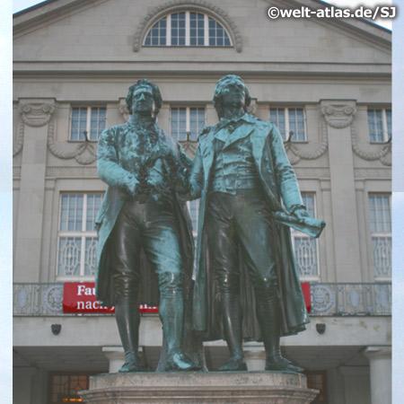Goethe- und Schiller-Denkmal vor dem Nationaltheater Weimar