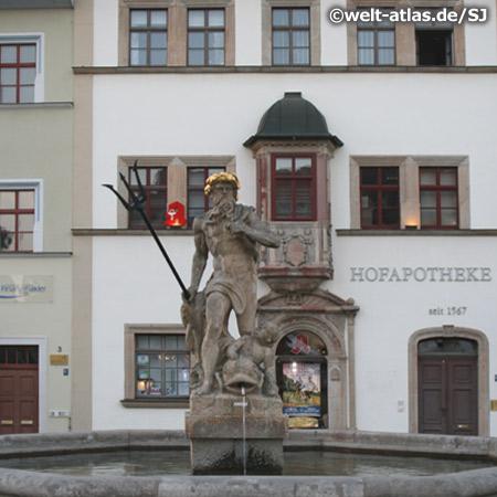 Neptun-Brunnen auf dem Weimarer Marktplatz vor der Hofapotheke