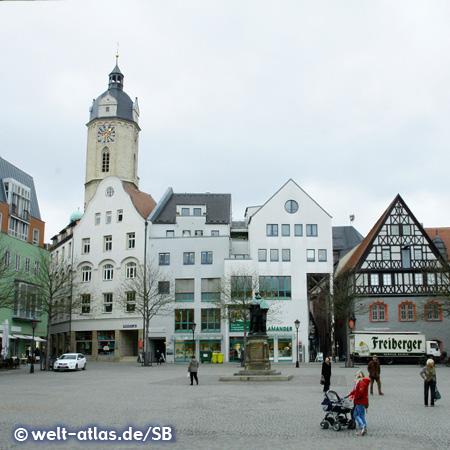 Marktplatz mit dem Denkmal des Kurfürsten Johann Friedrich I. von Sachsen und dem Kirchturm von St. Michael im Hintergrund