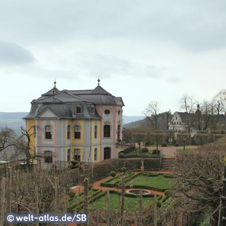Das Rokokoschloss in Dornburg an der Saale, im Hintergrund das Renaissanceschloss
