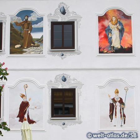 Schöne Fassadenmalerei am Höf Bräuhaus in Tannheim