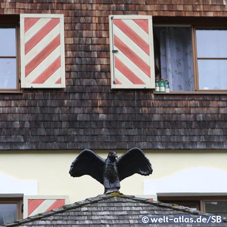 Schwarzer Adler am Hotel in Tannheim