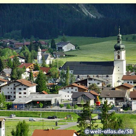 Blick auf den Ort Tannheim mit der Pfarrkirche St. Nikolaus, Tannheimer Tal, Tirol
