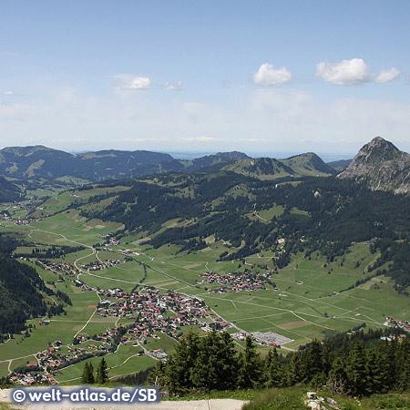 Blick vom Neunerköpfle ins Tannheimer Tal Richtung Tannheim und Einstein (Hausberg)