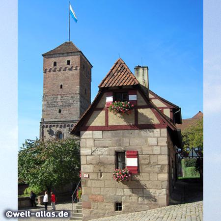 """Heidenturm und Brunnenhaus """"Tiefer Brunnen"""" der Kaiserburg in Nürnberg"""