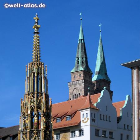 Der Schöne Brunnen, eine der Sehenswürdigkeiten in der Altstadt von Nürnberg, dahinter die Türme der Sebalduskirche (das Original des Brunnens befindet sich im Germanischen Nationalmuseum