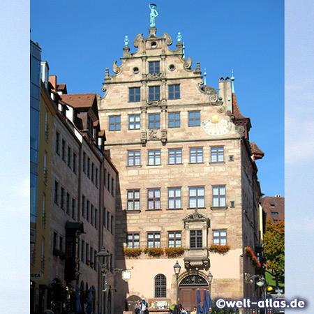 Sebalder Altstadt, Nürnbergs einziges erhaltenes Kaufmannshaus der Spätrenaissance mit einer Sonnenuhr wunderschöner Fassade