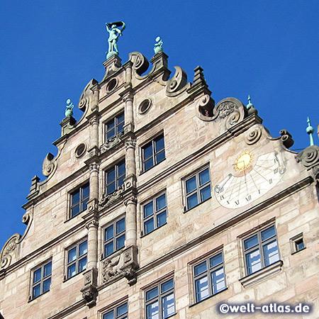 Die Sonnenuhr am Stadtmuseum Fembohaus in der Sebalder Altstadt, Nürnbergs einziges erhaltenes Kaufmannshaus der Spätrenaissance mit einer wunderschöner Fassade