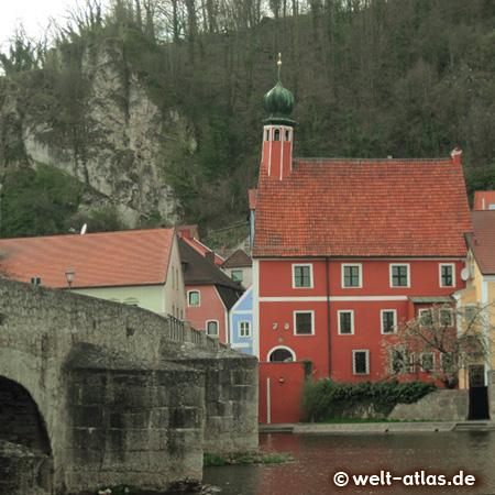 Das Alte Rathaus von Kallmünz mit dem schiefen Turm an der Brücke über die Naab