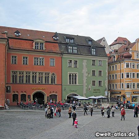 Domplatz in Regensburg, historische Altstadt, Weltkulturerbe der UNESCO