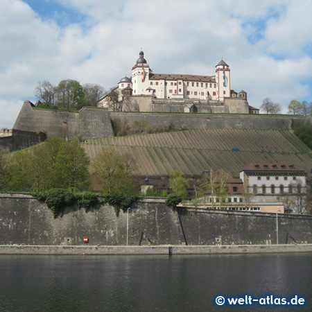 Hoch über dem Main trohnt die gewaltige Festung Marienberg