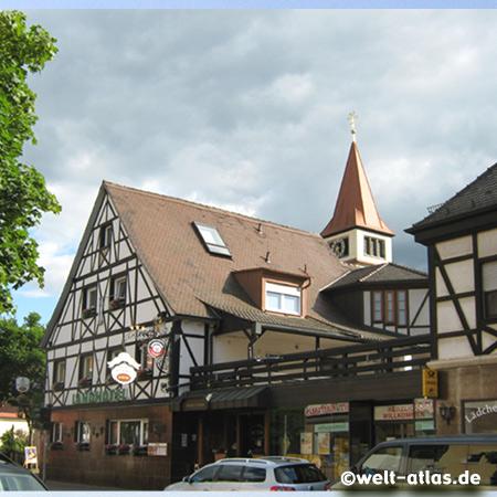 Landhotel und Turm der St. Stephanus-Kirche in Adelsdorf