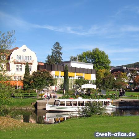 Saaleschifffahrt im Kurort Bad Kissingen in der Bayerischen Rhön und Häuserzeile am Kurpark