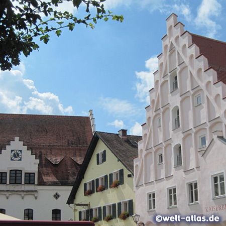 Treppengiebel am Kaiserbeckhaus von Beilngries im Altmühltal, dahinter der ehemalige Fürstbischöfliche Getreidekasten