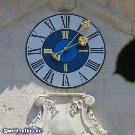 Uhr über dem Portal der Klosterkirche vom Kloster Weltenburg an der Donau