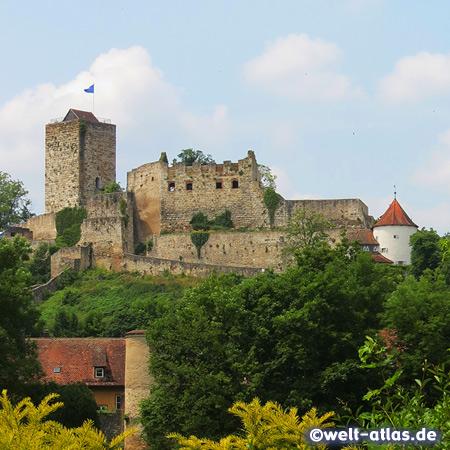 Die mittelalterliche Burg Pappenheim mit einem Natur- und Jagdmuseum liegt hoch über der Altmühl in Mittelfranken