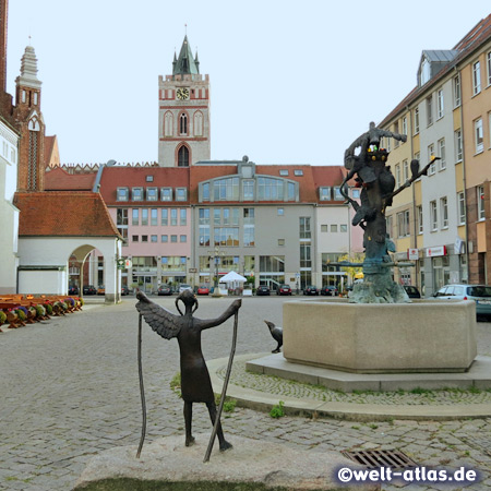 "Market square with ""Seven Ravens Fountain"" at the Town Hall, St. Mary's Church in the background, Frankfurt (Oder)"
