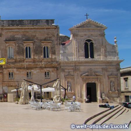 Die Kirche S. Francesco d'Assisi neben dem Rathaus auf der Piazza Della Libertà in Ostuni