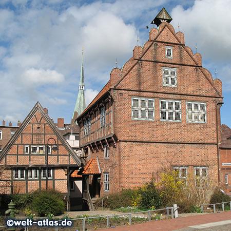 Historischer Speicher und Altes Rathaus mit dem Turm der St. Bartholomäus-Kirche. Wilster