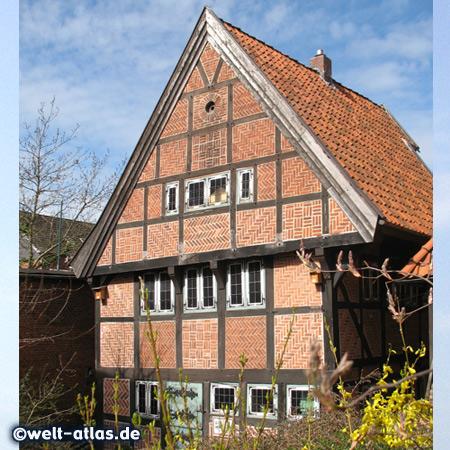 Naturkunde-Museum, historischer Speicher in Wilster mit schönem Fachwerk und Klöntür