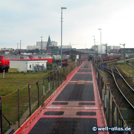 Autozug am Bahnhof Westerland. Sylt Shuttle über den Hindenburgdamm - zwischen Westerland und Niebüll verkehrt der Sylt Shuttle - am Bahnhof Fahrgäste bleiben im Bus sitzen
