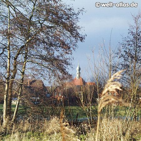 Blick auf die Kirche St. Bartholomäus. Wesselburen ist Geburtsort von Friedrich Hebbel und Jill Sander