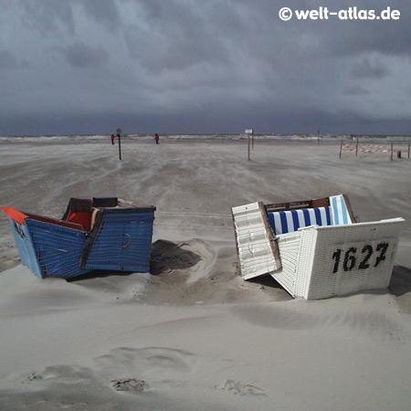 St. Peter-Ording, Sturm am Strand,umgestürzte Strandkörbe auf der Sandbank